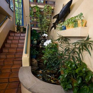 Ejemplo de escalera en U, bohemia, con escalones con baldosas y contrahuellas con baldosas y/o azulejos