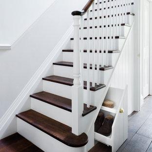 На фото: с высоким бюджетом п-образные лестницы среднего размера в викторианском стиле с деревянными ступенями и крашенными деревянными подступенками