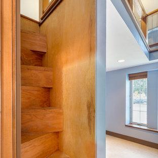 Ejemplo de escalera recta, minimalista, pequeña, con escalones de madera, contrahuellas de madera y barandilla de madera