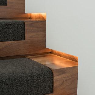Ejemplo de escalera suspendida, moderna, grande, con escalones de madera y contrahuellas de madera