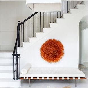 Ejemplo de escalera en L, clásica renovada, con escalones de madera pintada y contrahuellas de madera pintada