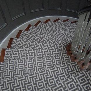 トロントの大きい木のトランジショナルスタイルのおしゃれならせん階段 (木の蹴込み板) の写真