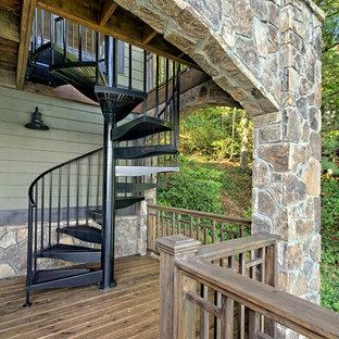 アトランタの大きい金属製のラスティックスタイルのおしゃれならせん階段 (金属の蹴込み板) の写真