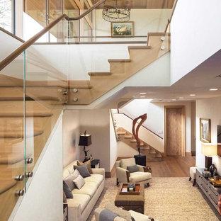 Foto de escalera rústica, grande, con escalones de madera, contrahuellas de madera y barandilla de vidrio