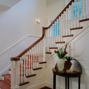Imagen de escalera en L, clásica, de tamaño medio, con escalones de madera, contrahuellas de madera y barandilla de madera