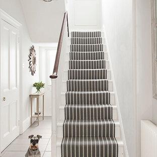 Modelo de escalera en U, clásica, con escalones de madera pintada y contrahuellas de madera pintada