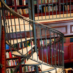 他の地域の中くらいのカーペット敷きのミッドセンチュリースタイルのおしゃれな階段 (金属の手すり) の写真