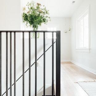Modelo de escalera recta, mediterránea, pequeña, con escalones de madera pintada, contrahuellas de madera pintada y barandilla de metal