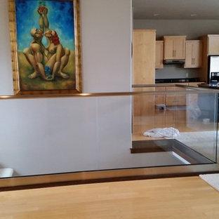 他の地域のガラスのトラディショナルスタイルのおしゃれな階段の写真