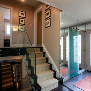 Идея дизайна: угловая лестница среднего размера в стиле модернизм с стеклянными перилами, деревянными ступенями и деревянными подступенками