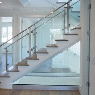 他の地域のトランジショナルスタイルのおしゃれな階段の写真