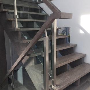Foto de escalera recta, de estilo americano, de tamaño medio, sin contrahuella, con escalones de madera y barandilla de vidrio