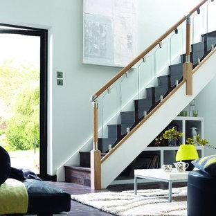 Foto de escalera recta, moderna, con escalones de madera, contrahuellas de madera y barandilla de madera