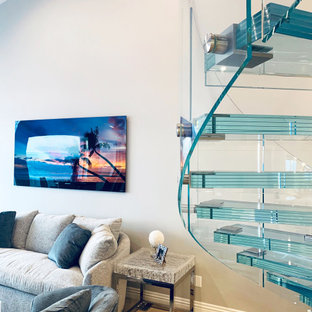 Foto på en mellanstor funkis spiraltrappa i glas, med sättsteg i glas och räcke i glas