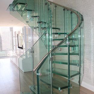 Ejemplo de escalera curva, contemporánea, sin contrahuella, con escalones de vidrio