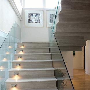 Ejemplo de escalera en L, actual, con escalones de madera y barandilla de vidrio