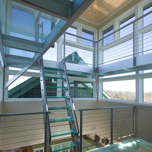 Inredning av en modern rak trappa i glas, med öppna sättsteg
