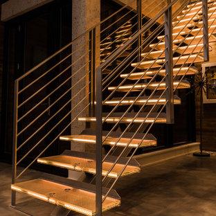 Modelo de escalera suspendida y papel pintado, moderna, grande, sin contrahuella, con escalones de vidrio, barandilla de metal y papel pintado