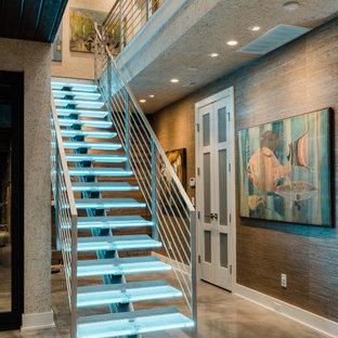 Diseño de escalera suspendida y papel pintado, minimalista, grande, sin contrahuella, con escalones de vidrio, barandilla de metal y papel pintado
