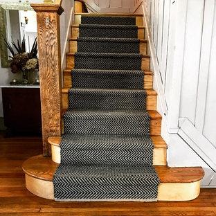 Foto de escalera recta, contemporánea, con barandilla de madera, escalones de madera y contrahuellas de madera