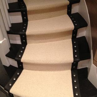 Ejemplo de escalera curva, contemporánea, de tamaño medio, con escalones enmoquetados y contrahuellas enmoquetadas