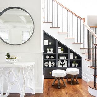 Diseño de escalera en L, clásica renovada, con escalones de madera, contrahuellas de madera pintada y barandilla de varios materiales
