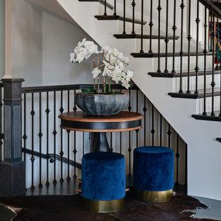 Ispirazione per un'ampia scala curva classica con pedata in legno, alzata in legno verniciato e parapetto in legno