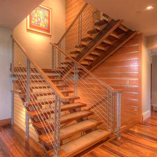 Imagen de escalera en U, moderna, grande, sin contrahuella, con escalones de madera y barandilla de metal