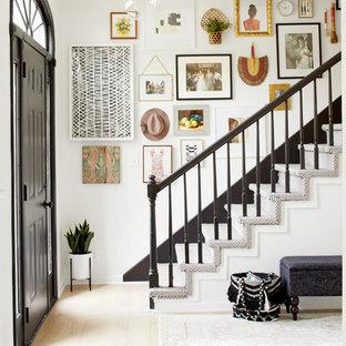 На фото: прямая лестница в стиле фьюжн с деревянными ступенями и деревянными подступенками с