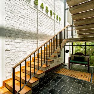 Diseño de escalera en U, bohemia, grande, con escalones de madera y contrahuellas de madera