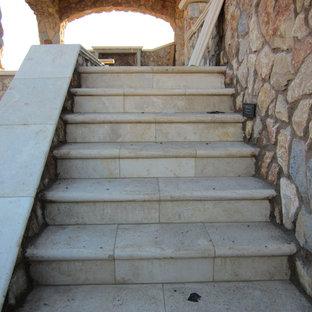 Diseño de escalera recta, mediterránea, de tamaño medio, con escalones de piedra caliza y contrahuellas de piedra caliza