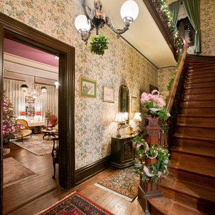 フィラデルフィアの木のヴィクトリアン調のおしゃれなサーキュラー階段 (木の蹴込み板) の写真
