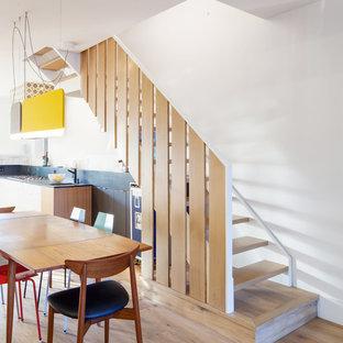 Modelo de escalera en L, actual, sin contrahuella, con escalones de madera