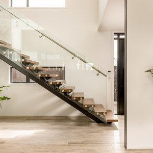 Modelo de escalera en L, actual, sin contrahuella, con escalones de madera y barandilla de vidrio