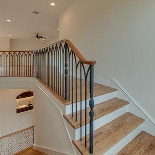 ダラスの中サイズのコンクリートの地中海スタイルのおしゃれなかね折れ階段 (木の蹴込み板) の写真