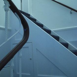 ロンドンの広いカーペット敷きのヴィクトリアン調のおしゃれな直階段の写真