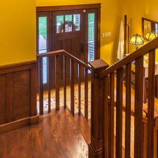 Imagen de escalera en U, de estilo americano, de tamaño medio, con escalones de madera, contrahuellas de madera y barandilla de madera