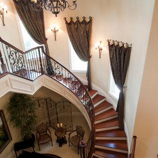 Imagen de escalera curva, mediterránea, extra grande, con escalones de madera y contrahuellas de madera pintada
