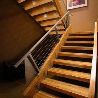 Modelo de escalera industrial, sin contrahuella, con barandilla de cable