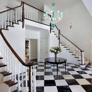Inspiration för stora klassiska l-trappor i trä, med sättsteg i målat trä och räcke i trä