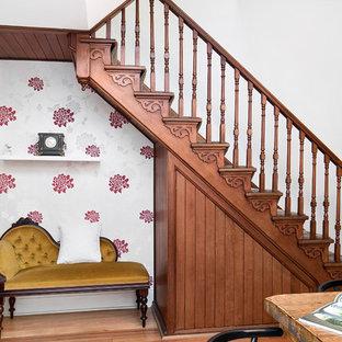 Foto di una scala a rampa dritta vittoriana con pedata in legno, parapetto in legno e alzata in legno