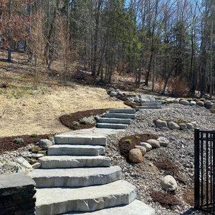 Aménagement d'un escalier courbe classique avec des marches en pierre calcaire et des contremarches en béton.