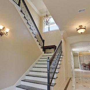ニューオリンズの中くらいのフローリングのトラディショナルスタイルのおしゃれな折り返し階段 (タイルの蹴込み板) の写真