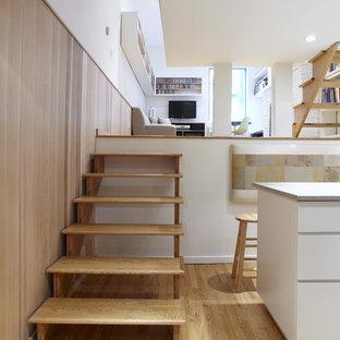 Aménagement d'un escalier sans contremarche scandinave avec des marches en bois.