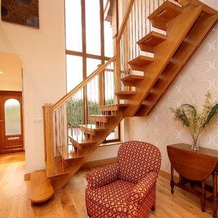 Imagen de escalera suspendida, actual, de tamaño medio, sin contrahuella, con escalones de madera