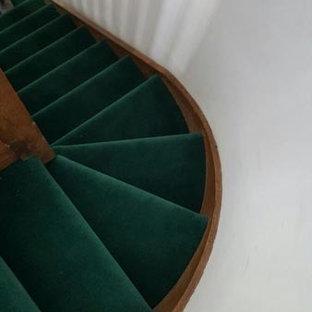 ロンドンの中サイズのカーペット敷きのトランジショナルスタイルのおしゃれな折り返し階段 (木材の手すり) の写真