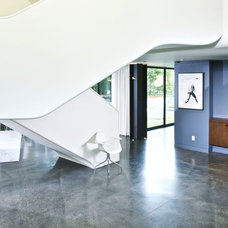 Modern Staircase by NEW THEME Inc.
