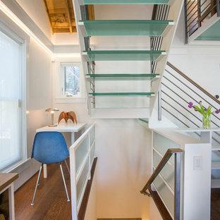 Imagen de escalera en L, tradicional renovada, pequeña, sin contrahuella, con escalones de vidrio