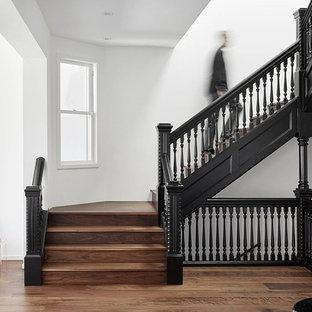 Imagen de escalera en U, tradicional, grande, con escalones de madera y contrahuellas de madera