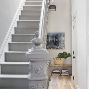 Стильный дизайн: угловая лестница среднего размера в стиле современная классика с крашенными деревянными ступенями, крашенными деревянными подступенками и деревянными перилами - последний тренд